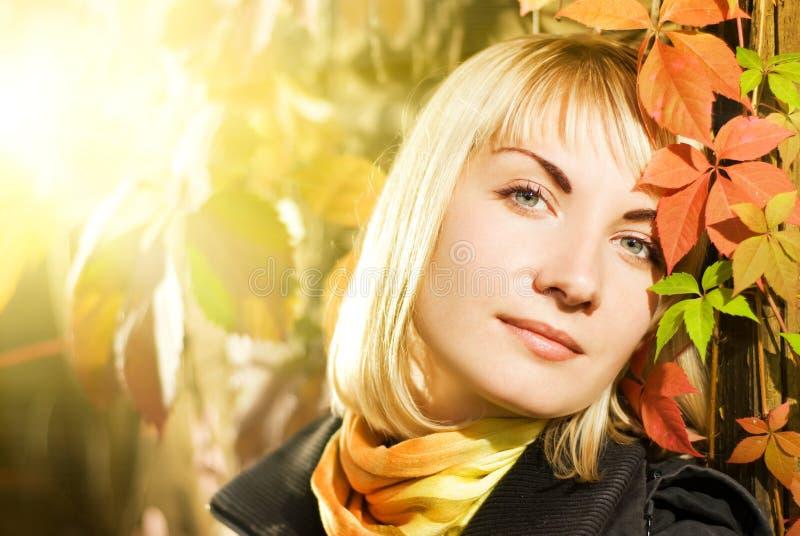 Femme sur le fond d'automne images stock