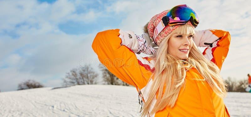 Femme sur le fond de l'hiver et des bâtis de neige photographie stock