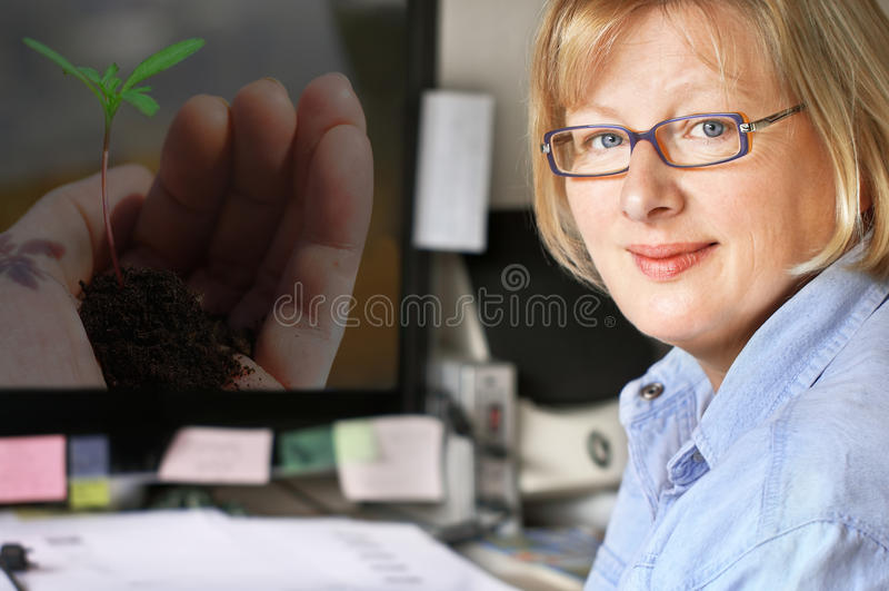 Femme sur le lieu de travail image libre de droits