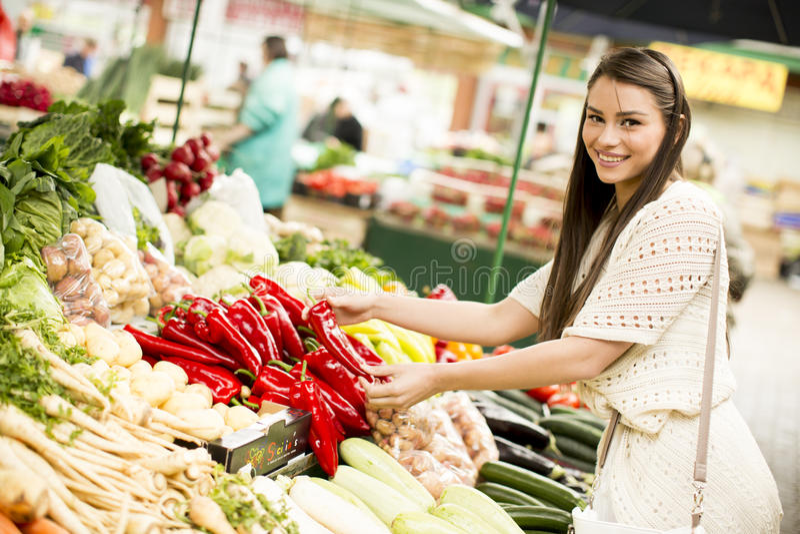 Download Femme sur le marché image stock. Image du santé, régime - 77154867