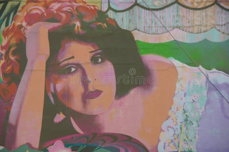 Femme sur le mur photos stock