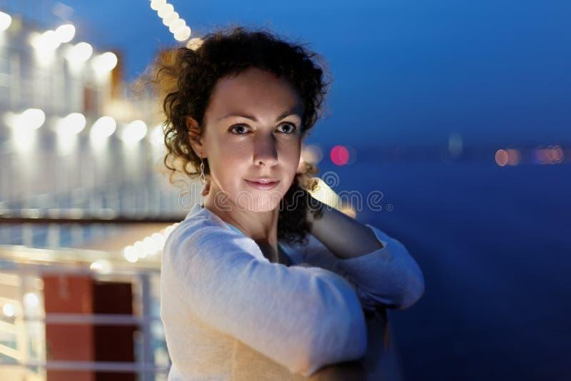 Femme sur le paquet en soirée. photo stock