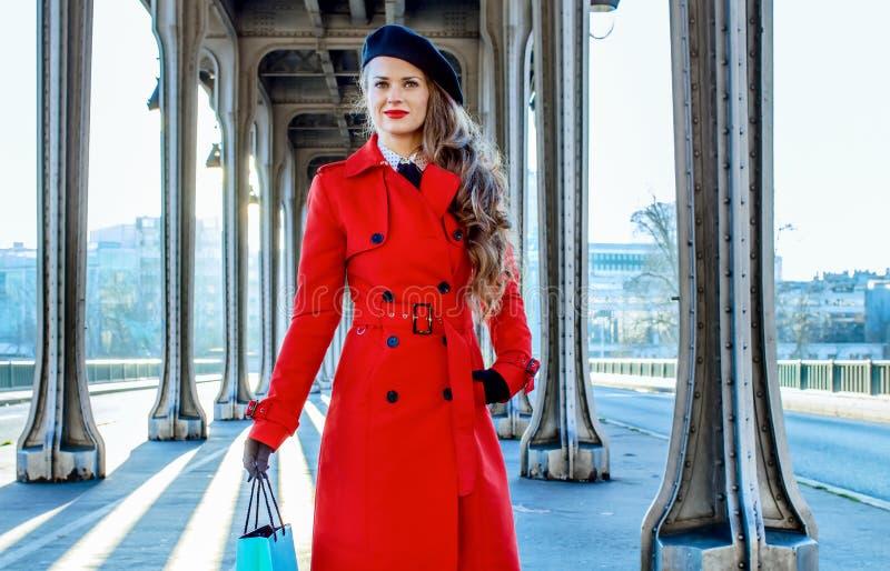 Femme sur le pont de Pont de BIR-Hakeim à Paris avec le panier photos stock