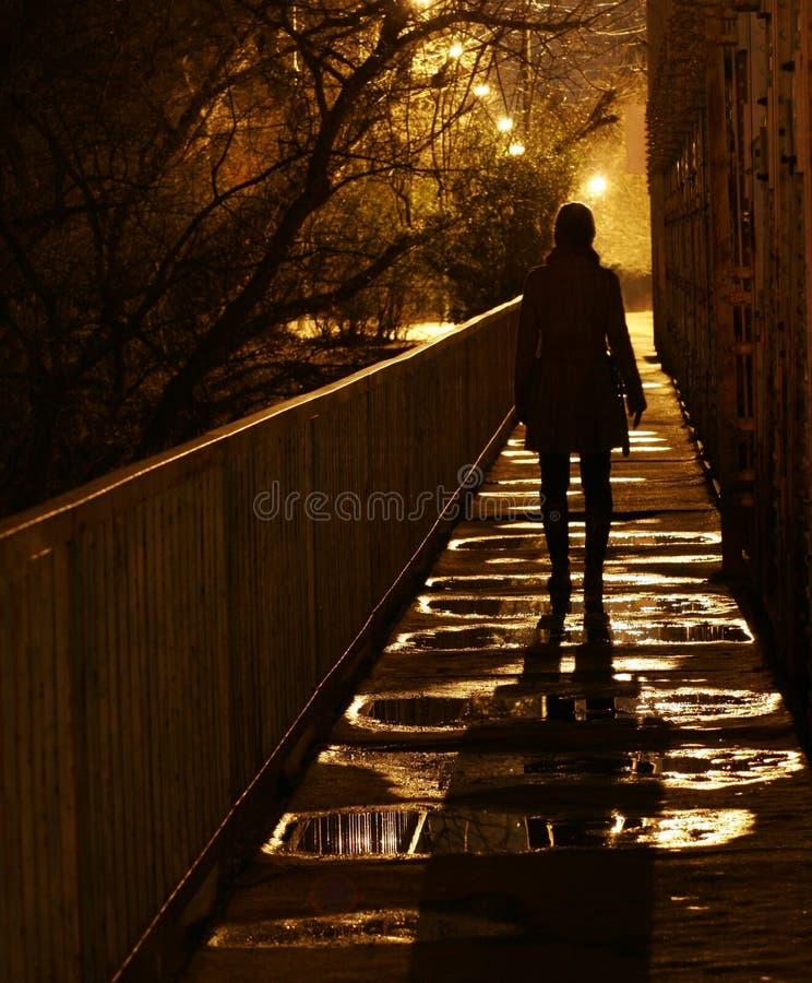 Femme sur le pont de chemin de fer photos stock
