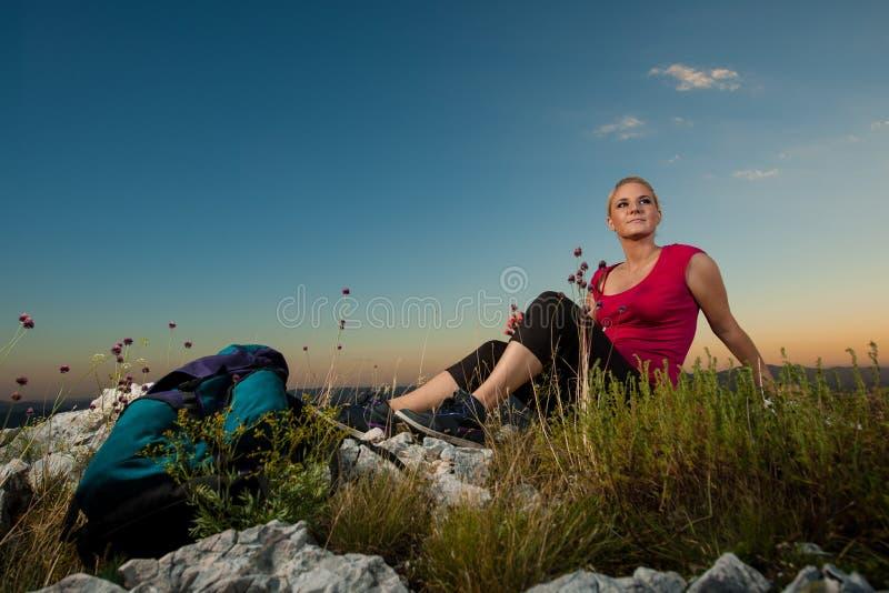 Femme sur le trekking image libre de droits