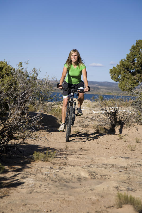 Femme sur le vélo sur le journal image libre de droits