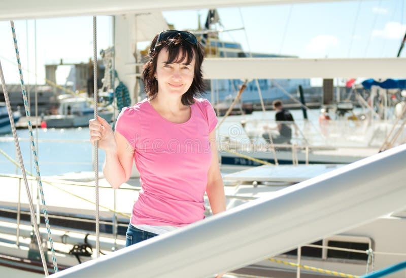 Femme sur le yacht dans la marina en été photo stock
