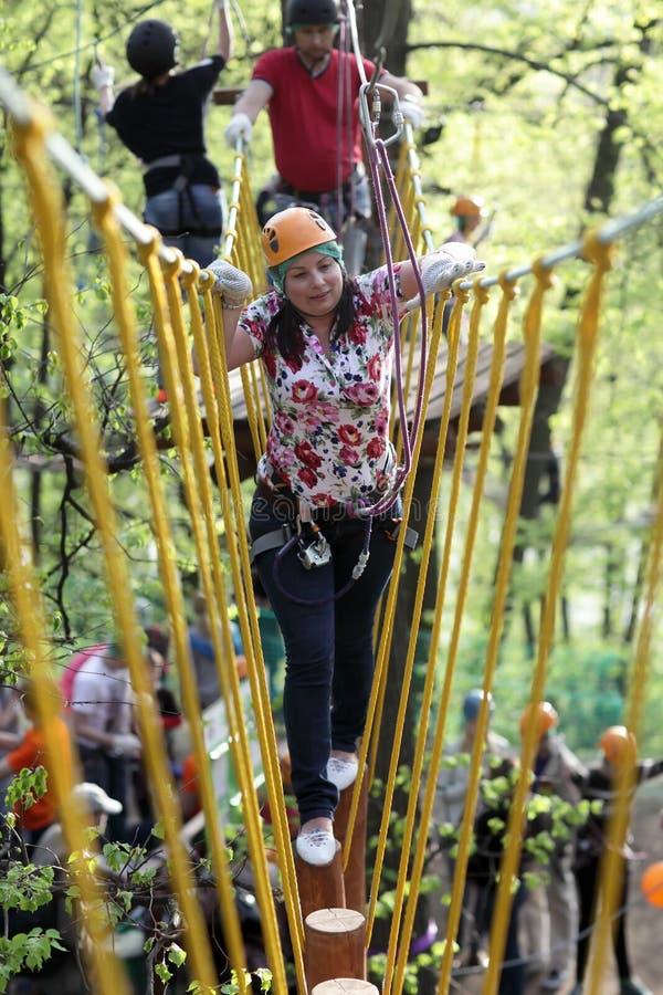Femme sur s'élever de corde photos stock
