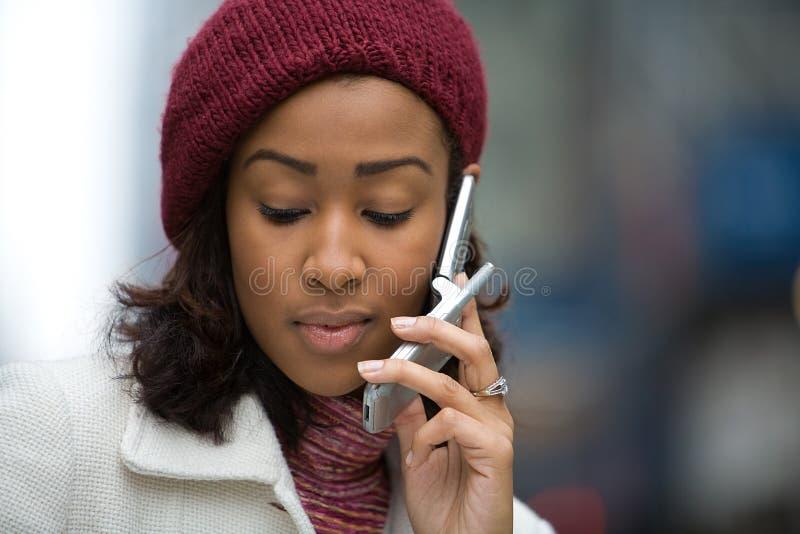Femme sur son téléphone portable photographie stock