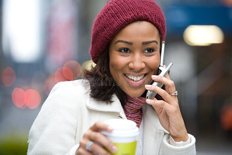 Femme sur son téléphone portable image stock