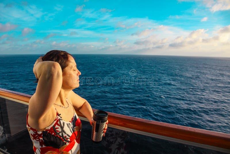 Femme sur un bateau de croisière photo stock