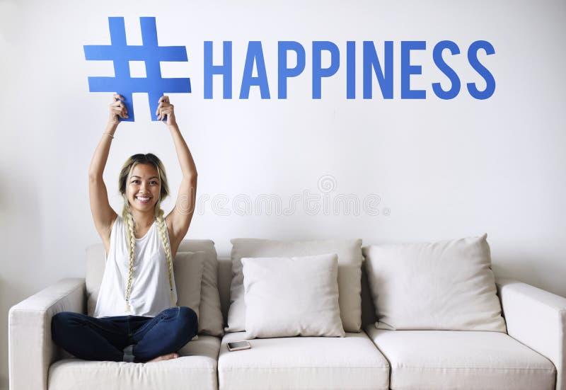Femme sur un divan tenant un mot photo libre de droits