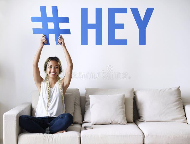 Femme sur un divan tenant un mot photos libres de droits