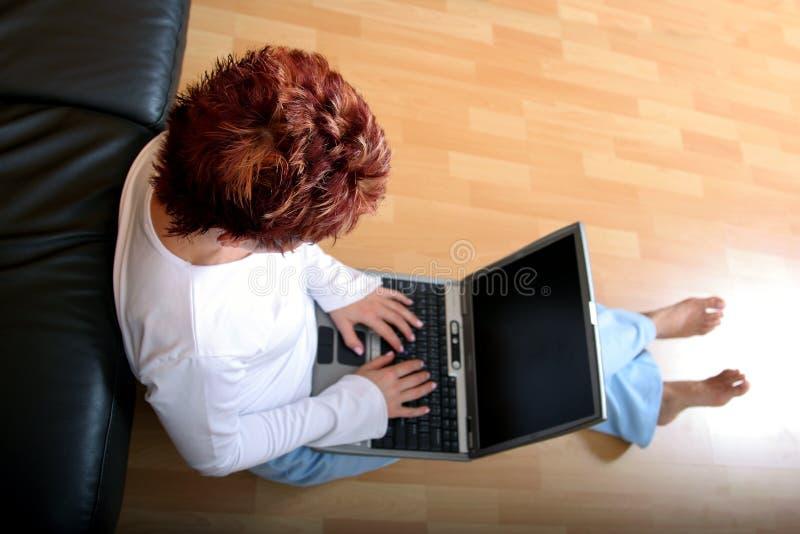 Femme sur un ordinateur portatif 2 photographie stock