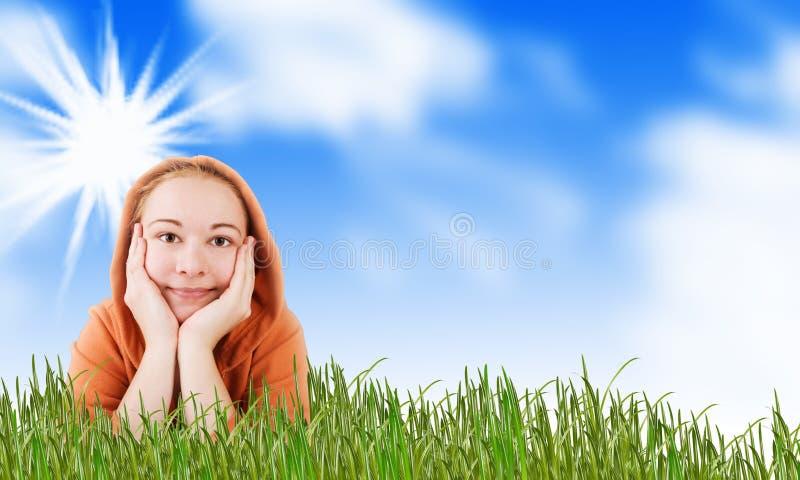 Femme sur un pré dans l'herbe image libre de droits