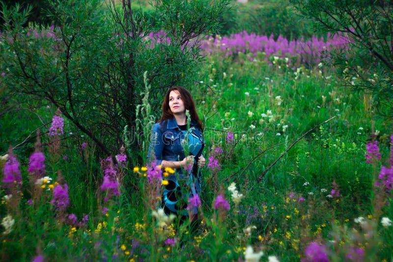 Femme sur un pré de fleur photo stock