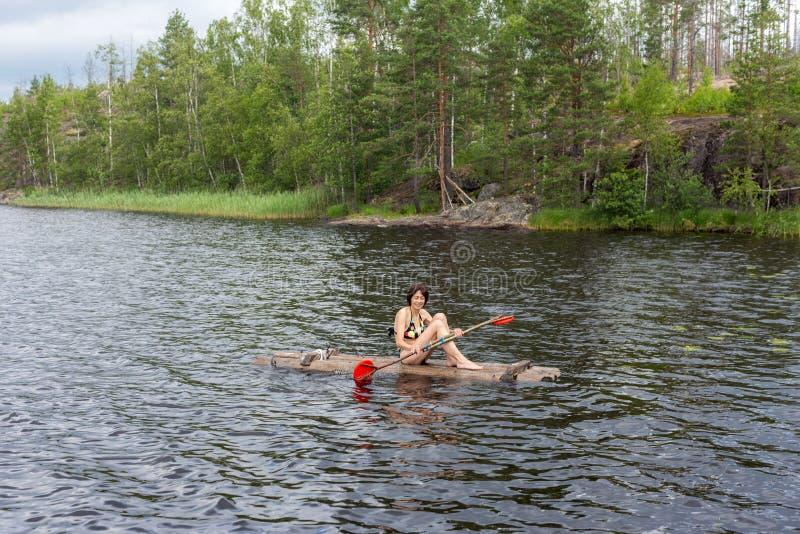 Femme sur un radeau en bois images stock