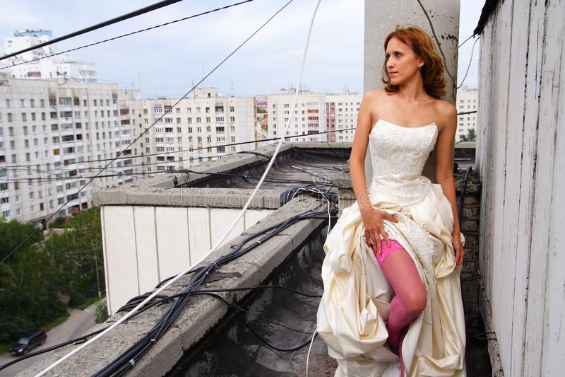 Femme sur un toit image stock