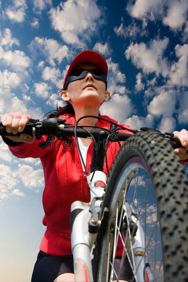 Femme sur une bicyclette photo stock