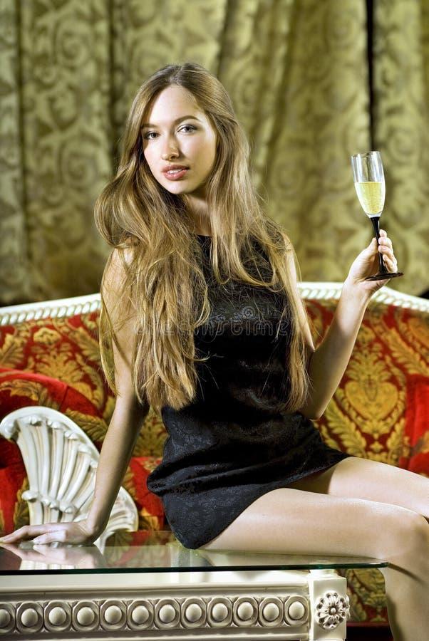 Femme sur une table basse image stock