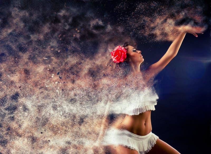 Femme surréaliste de danse se décomposant dans les particules photographie stock