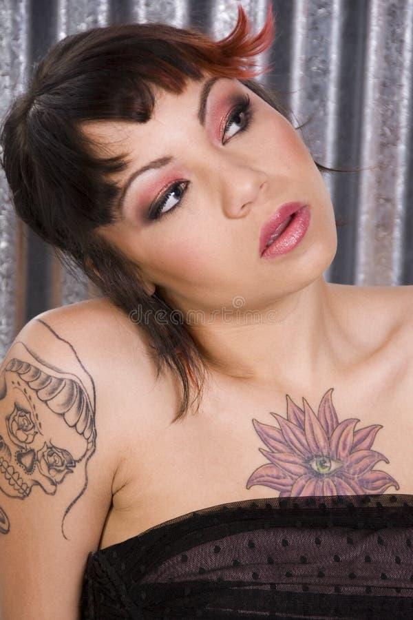 Femme tatoué image stock