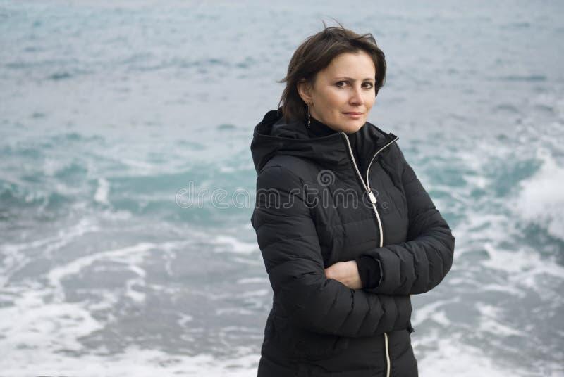 Femme tenant avant la mer photo stock