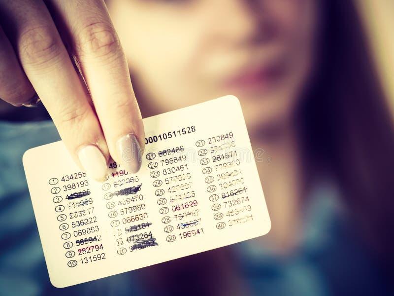Femme tenant des codes pour des transferts en ligne image libre de droits