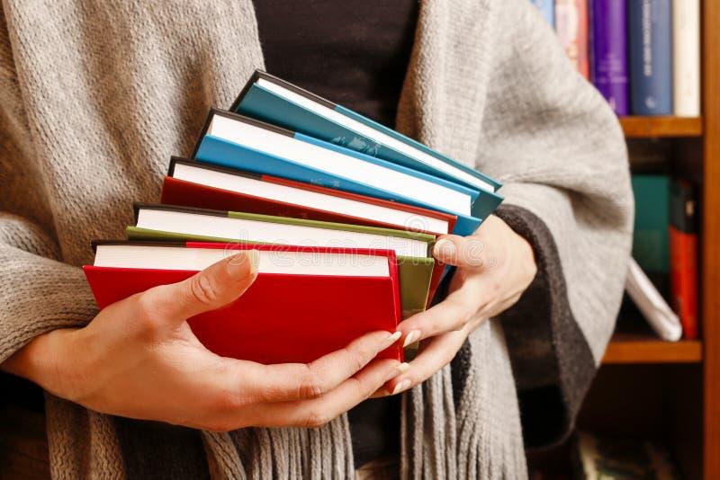 Femme tenant des livres photographie stock libre de droits
