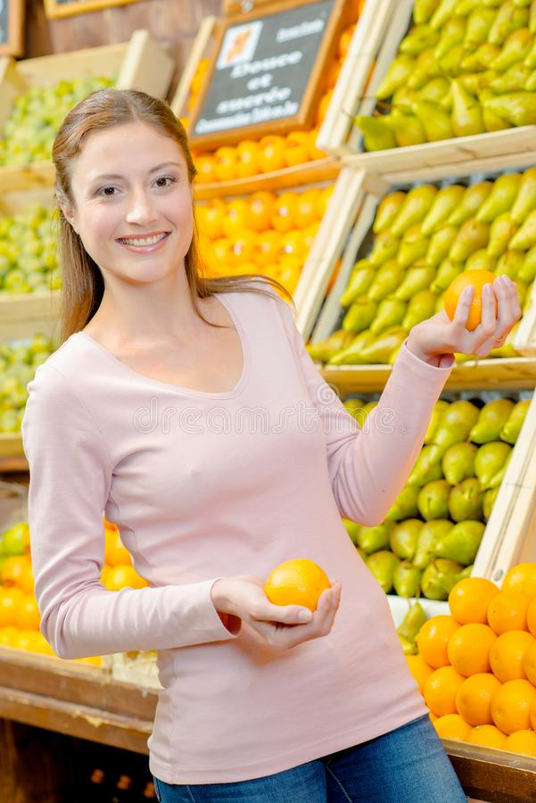 Femme tenant des oranges de stock photo libre de droits