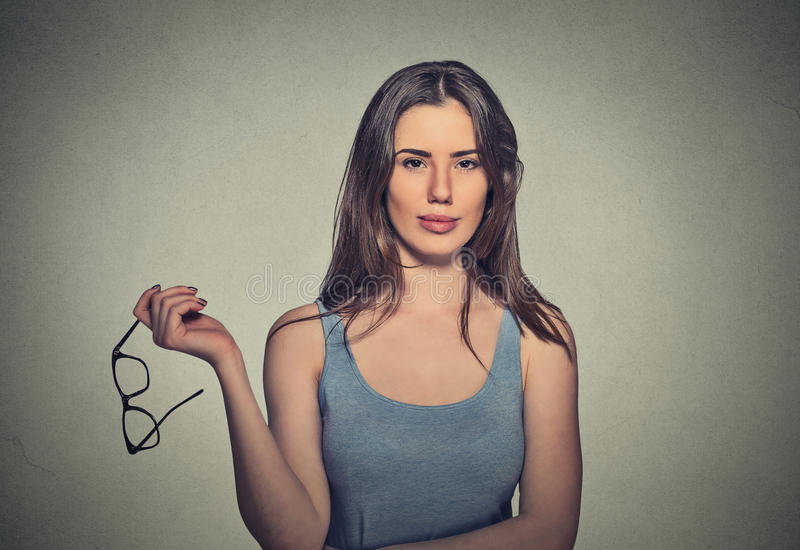 Femme tenant des paires de verres qu'elle n'a plus besoin photos stock