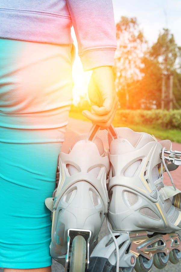 Femme tenant des patins de rouleau photographie stock libre de droits
