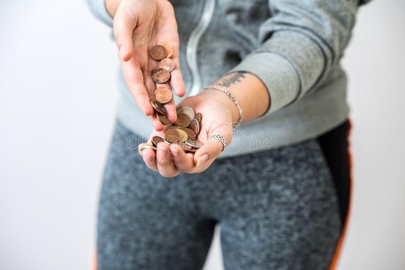 Femme tenant des pièces de monnaie dans des mains images libres de droits