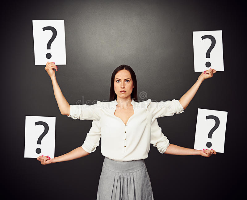 Femme tenant des plaquettes avec le point d'interrogation photos stock