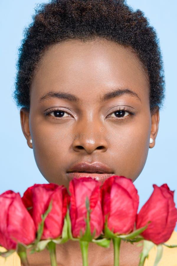 Femme tenant des roses images libres de droits