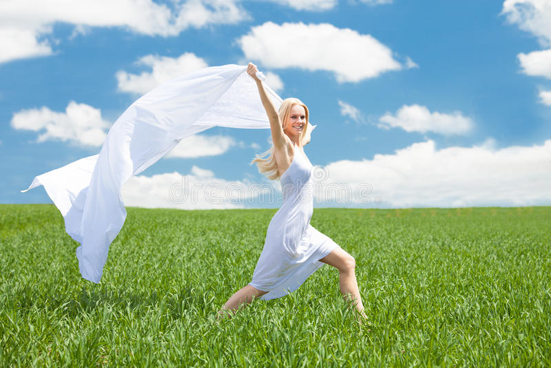 Femme tenant l'écharpe fonctionnant dans le domaine images stock