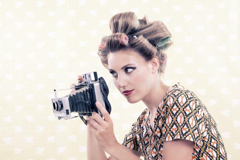 Femme tenant l'appareil-photo de film du vintage 4x6 images stock