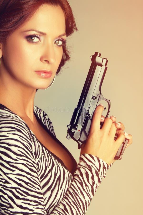 Femme tenant l'arme à feu photo libre de droits