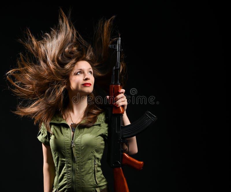 Femme tenant l'arme à feu image libre de droits