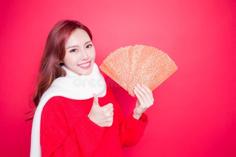Femme tenant l'enveloppe rouge photo stock
