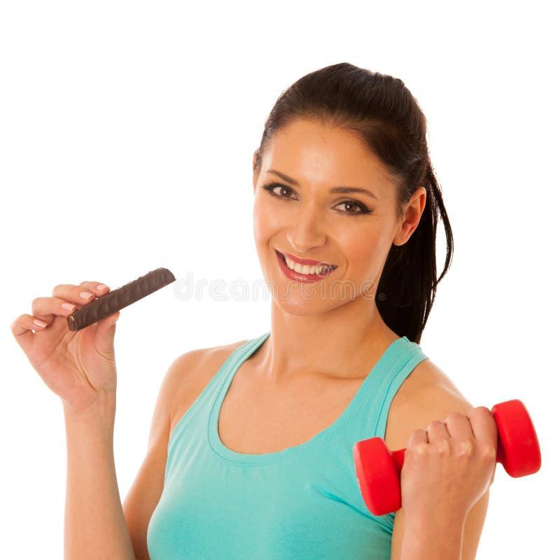 Femme tenant l'haltère rouge après séance d'entraînement dans la consommation p de gymnase de forme physique photo libre de droits
