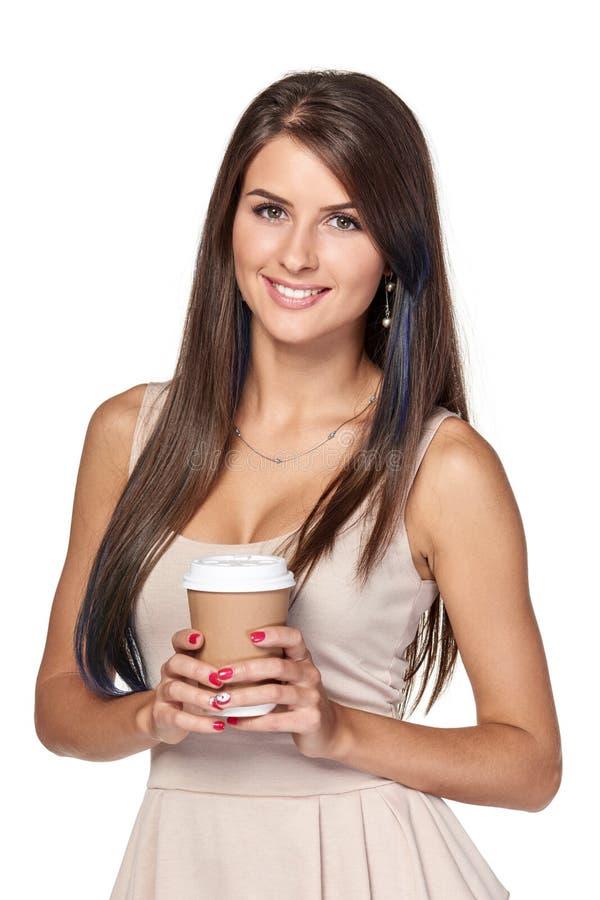 Femme tenant la boisson chaude dans la tasse de papier jetable photographie stock libre de droits