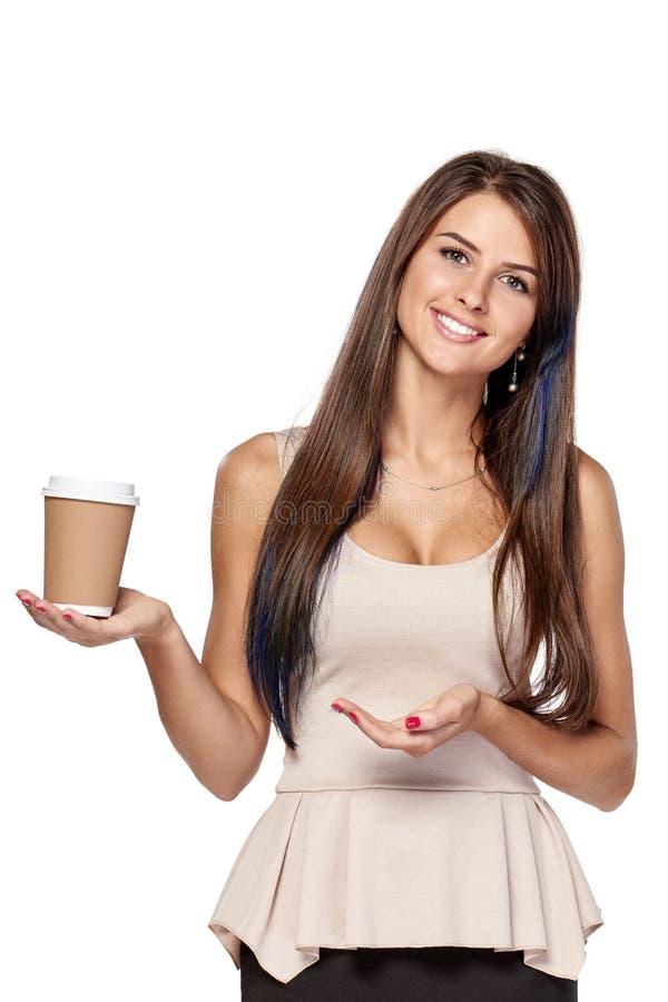 Femme tenant la boisson chaude dans la tasse de papier jetable photo stock