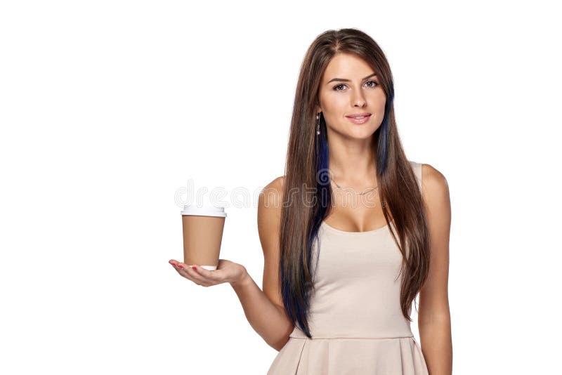 Femme tenant la boisson chaude dans la tasse de papier jetable images libres de droits