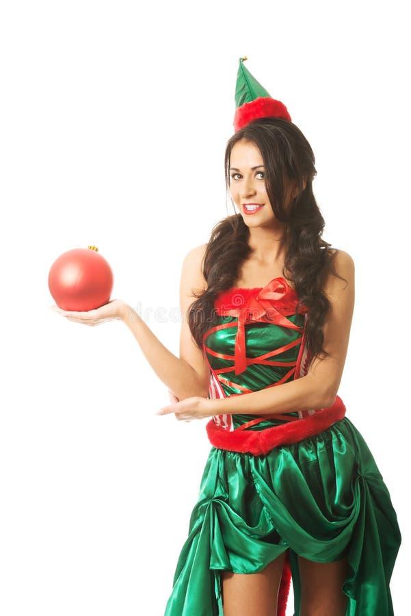 Femme tenant la bulle de Noël sur la main droite photo libre de droits