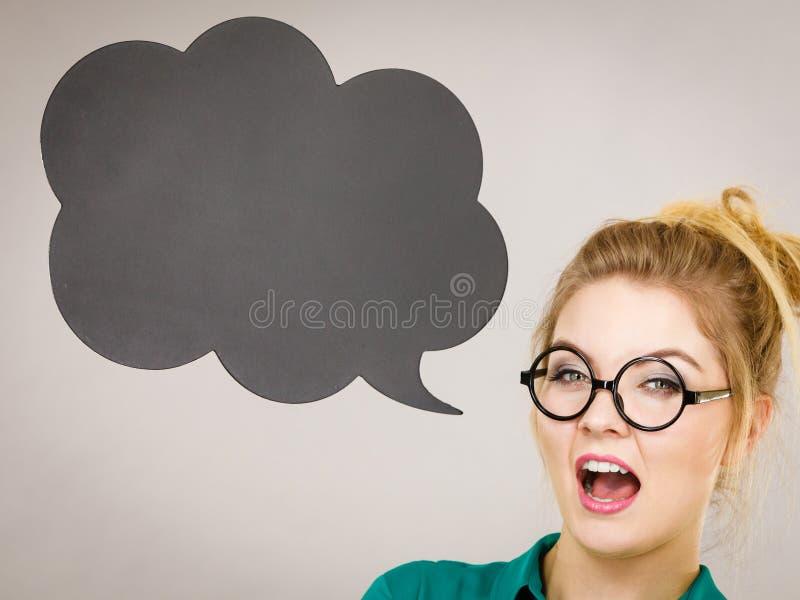 Femme tenant la bulle de pens?e noire photos stock