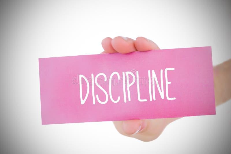 Femme tenant la carte rose indiquant la discipline photographie stock libre de droits