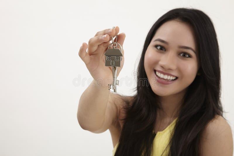 Femme tenant la chaîne principale formée par maison photos stock