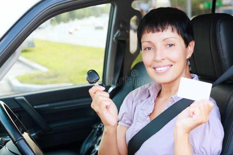 Femme tenant la clé de voiture photos libres de droits