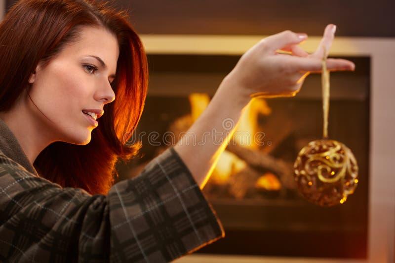 Femme tenant la décoration de Noël photographie stock libre de droits
